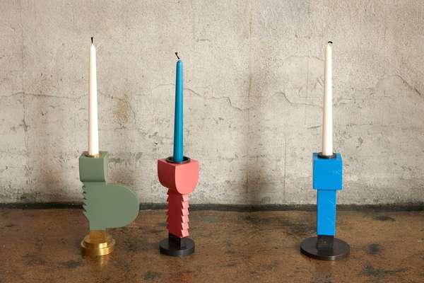 Kim Hyun Sung - drei einflammige Kerzenständer aus Holz, teilweise mit gezacktem Ständer, lackiert in Grün, Rot und Blau, Fuß und Einsätze aus Messing.