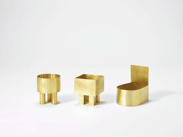 Kim Hyun Sung - Drei kleine Schalen aus Messing. Eine mit zylindrischem Gefäßkörper und drei Zylindern als Beine, eine mit eckigem Gefäßkörper mit vier eckigen Beinen, eine in der Form eines alten Wandwaschbeckens.