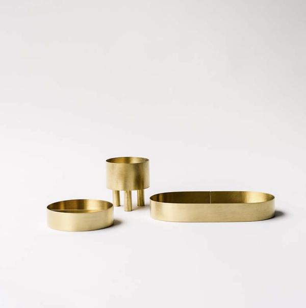 Kim Hyun Sung - drei kleine Schalen aus Messing. Eine rund und flach mit gerader Wand, eine oval und flach mit gerader Wand, eine in der Form eines Zylinders mit drei zylindrischen Beinen.